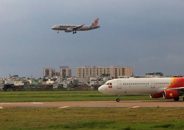 Máy bay của hãng hàng không Jetstar Pacific đang hạ cánh tại sân bay Tân Sơn Nhất