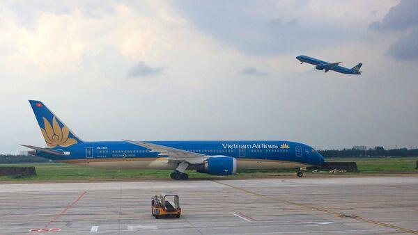 Máy bay của hãng hàng không Vietnam Airlines cất và hạ cánh tại sân bay Tân Sơn Nhất - Sputnik Việt Nam