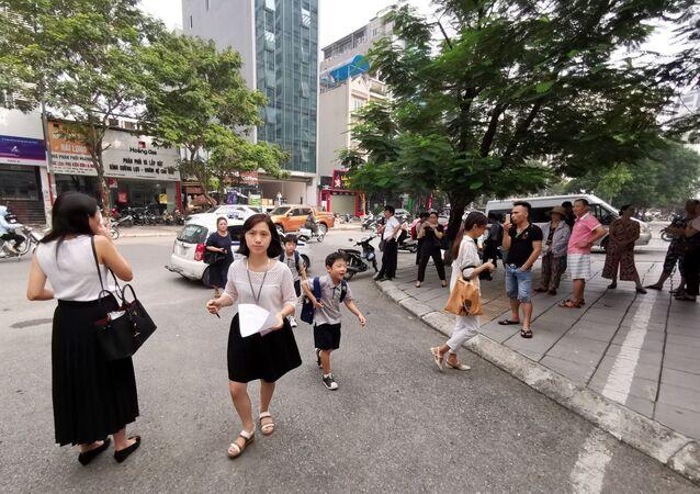 Các bậc phụ huynh đưa con đến được cô giáo chủ nhiệm đón tại cổng trường
