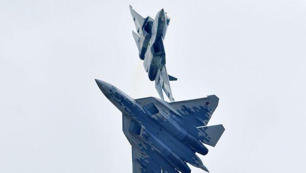 Máy bay chiến đấu đa năng thế hệ thứ năm của Nga Su-57 thực hiện chuyến bay trình diễn tại Triển lãm Hàng không - Vũ trụ MAKS-2019 - Sputnik Việt Nam
