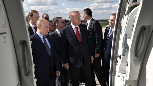 Tổng thống Nga Vladimir Putin và tổng thống Thổ Nhĩ Kỳ Recep Tayyip Erdogan trong chuyến thăm Triển lãm MAKS-2019 - Sputnik Việt Nam
