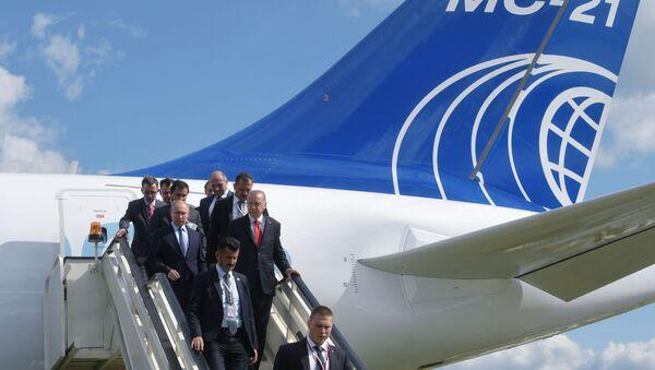 Tổng thống Nga Vladimir Putin và tổng thống Thổ Nhĩ Kỳ Recep Tayyip Erdogan bước xuống từ máy bay chở khách tầm trung MC-21-300 trong chuyến thăm MAKS-2019 - Sputnik Việt Nam