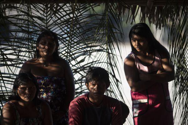 Các thành viên nhóm địa phương Kayapo thảo luận vấn đề cộng đồng tại làng Bau ở Amazon Brazil - Sputnik Việt Nam