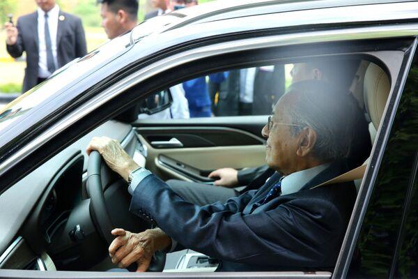 Thủ tướng Malaysia Mahathir Mohamad lái thử mẫu xe Vinfast.  - Sputnik Việt Nam