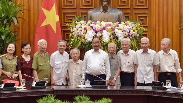 Thủ tướng Nguyễn Xuân Phúc và các đồng chí trực tiếp phục vụ, bảo vệ Bác Hồ. (Ông Trần Viết Hoàn đứng thứ hai bên phải) - Sputnik Việt Nam