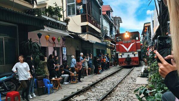 Hoạt động kinh doanh ven đường sắt tiềm ẩn nguy cơ mất an toàn cao - Sputnik Việt Nam