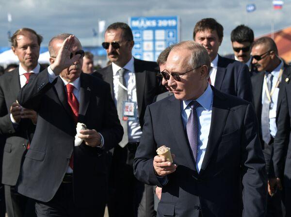 Tổng thống Nga Vladimir Putin và Tổng thống Thổ Nhĩ Kỳ Recep Tayyip Erdogan ăn kem trong chuyến thăm MAKS-2019 - Sputnik Việt Nam