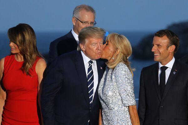 Phu nhân Tổng thống Pháp, bà Brigitte Macron hôn Tổng thống Mỹ Donald Trump trong buổi chụp hình chung tại Hội nghị thượng đỉnh G7 ở Biarritz - Sputnik Việt Nam