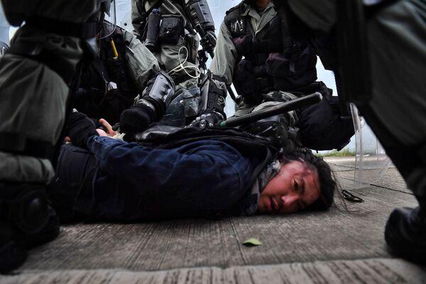 Cảnh sát Hồng Kông bắt giữ một người biểu tình - Sputnik Việt Nam