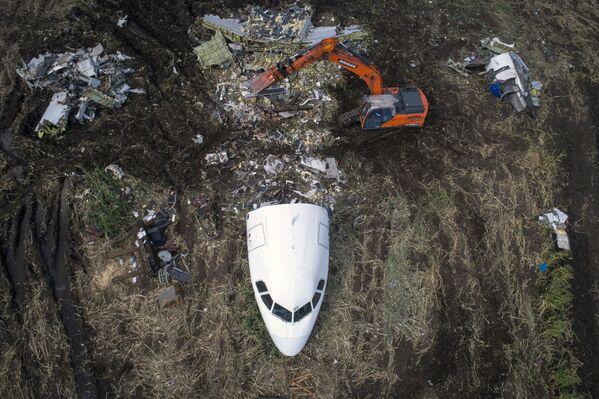 Đưa chiếc máy bay Airbus A321 ra khỏi địa điểm tai nạn ở vùng ngoại ô Matxcơva - Sputnik Việt Nam
