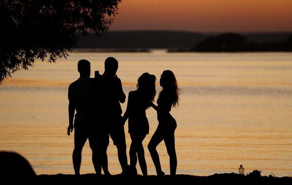 Mọi người ngắm hoàng hôn bên hồ ở Minsk, Belarus - Sputnik Việt Nam