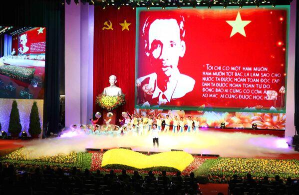 Tiết mục biểu diễn nghệ thuật tại buổi lễ kỷ niệm 50 năm thực hiện Di chúc của Chủ tịch Hồ Chí Minh (1969 - 2019) và kỷ niệm 50 năm Ngày mất của Người (2/9/1969 - 2/9/2019).  - Sputnik Việt Nam