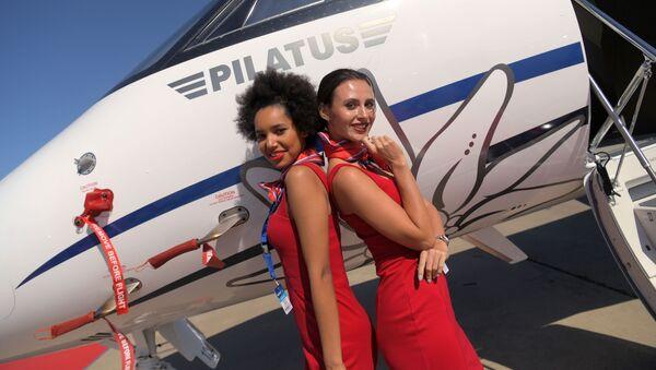 Девушки фотографируются на фоне швейцарского бизнес-джета Pilatus PC-24 на Международном авиационно-космическом салоне МАКС-2019 в подмосковном Жуковском - Sputnik Việt Nam