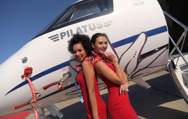 Các cô gái chụp ảnh trên nền máy bay Thụy Sĩ Pilatus PC-24 tại Triển lãm Hàng không và Vũ trụ Quốc tế MAKS-2019 ở Zhukovsky, ngoại ô Moskva - Sputnik Việt Nam