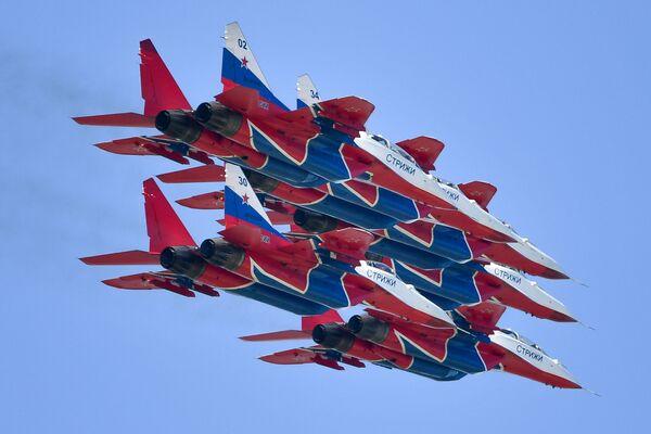 """Máy bay MiG-29 của đội nhào lộn trên không """"Những con chim én"""" của Nga bay trình diễn tại Triển lãm Hàng không và Vũ trụ Quốc tế MAKS-2019 - Sputnik Việt Nam"""