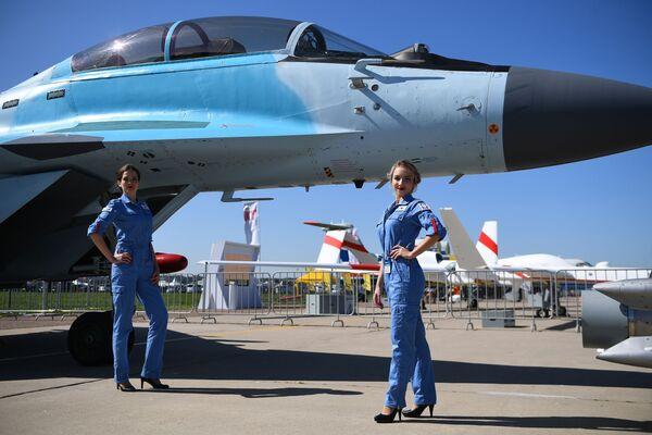 Các cô gái bên máy bay chiến đấu đa năng MiG-35 tại Triển lãm Hàng không và Vũ trụ Quốc tế MAKS-2019 ở Zhukovsky, ngoại ô Moskva - Sputnik Việt Nam
