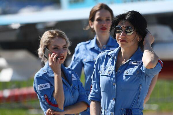 Các cô gái tại Triển lãm Hàng không và Vũ trụ Quốc tế MAKS-2019 - Sputnik Việt Nam