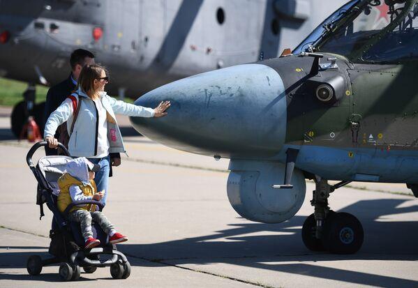 Một cặp vợ chồng cùng đứa con bên chiếc trực thăng quân sự Ka-52 Alligator tại Triển lãm Hàng không và Vũ trụ Quốc tế MAKS-2019 - Sputnik Việt Nam