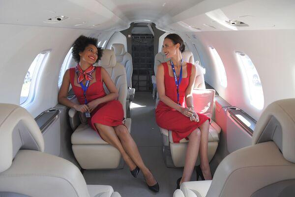 Các cô gái trong cabin máy bay Pilatus PC-24 tại Triển lãm Hàng không và Vũ trụ Quốc tế MAKS-2019 ở Zhukovsky, ngoại ô Moskva - Sputnik Việt Nam