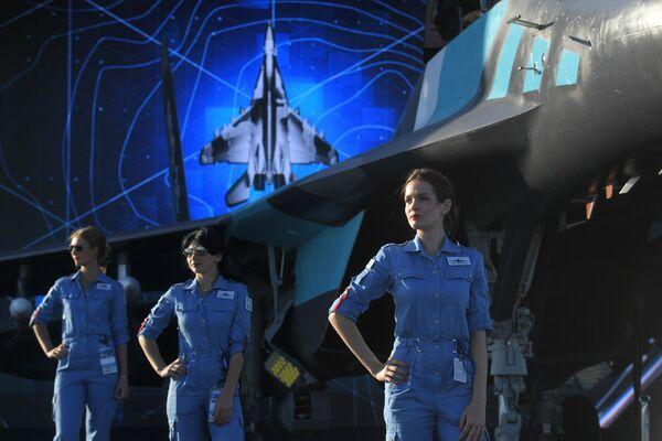 Cô gái bên máy bay chiến đấu đa chức năng Nga MiG-35 tại Triển lãm Hàng không và Vũ trụ Quốc tế MAKS-2019 - Sputnik Việt Nam
