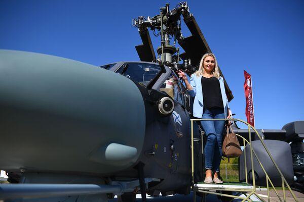 Một phụ nữ chụp ảnh máy bay trực thăng trinh sát-tấn công KA-52K của Nga tại Triển lãm Hàng không và Vũ trụ Quốc tế MAKS-2019 ở Zhukovsky, ngoại ô Moskva - Sputnik Việt Nam