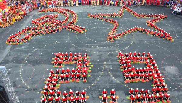 Màn đồng diễn xếp hình cờ Tổ quốc, cờ Đảng chào mừng Quốc khánh 2/9.  - Sputnik Việt Nam
