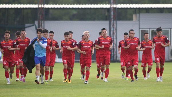 Các tuyển thủ Việt Nam chạy nhẹ làm nóng trước buổi tập.  - Sputnik Việt Nam