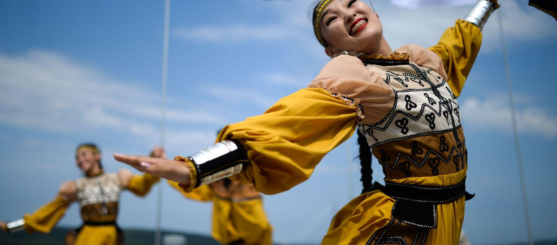 Màn trình diễn của các nghệ sĩ trong trang phục dân tộc tại Diễn đàn kinh tế Đông lần thứ V - Sputnik Việt Nam, 1920, 04.09.2019