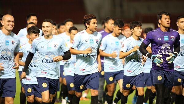 Các cầu thủ Thái Lan khởi động trước buổi tập.  - Sputnik Việt Nam