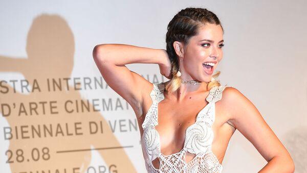 Cô gái trên thảm đỏ Liên hoan phim quốc tế Venice lần thứ 76 - Sputnik Việt Nam