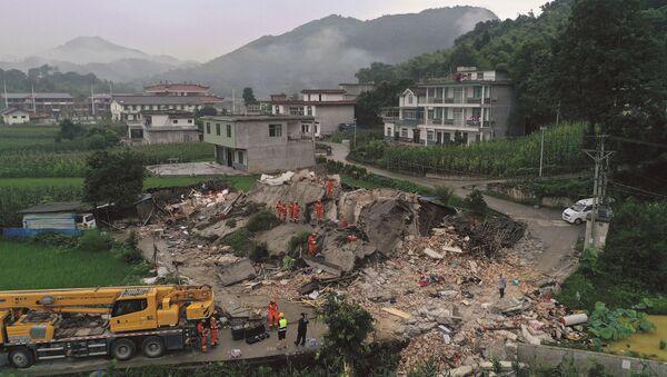 Lực lượng cứu hộ đang tìm kiếm dưới đống đổ nát của người sống sau trận động đất ở tỉnh Tứ Xuyên của Trung Quốc - Sputnik Việt Nam