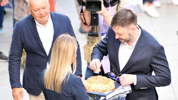 Ông Vyshinsky được chào đón bằng một ổ bánh mì. - Sputnik Việt Nam