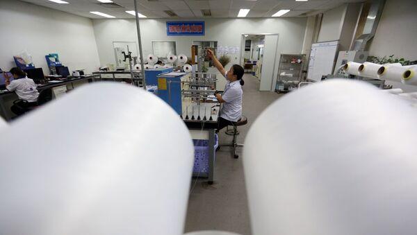 Kiểm tra chất lượng sợi DTY tại phòng thí nghiệm.  - Sputnik Việt Nam