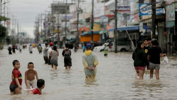 Người dân trên đường phố ngập lụt ở Thái Lan - Sputnik Việt Nam