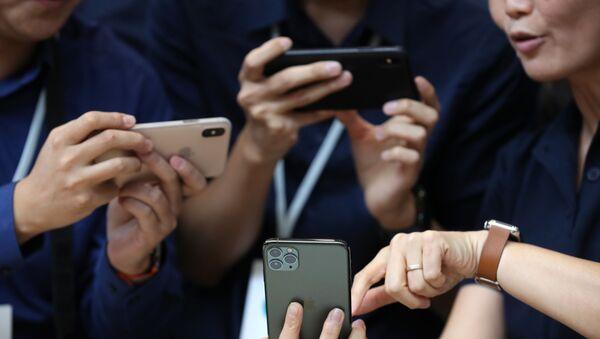 Khách tham dự xem Apple iPhone 11 Pro mới ở California - Sputnik Việt Nam