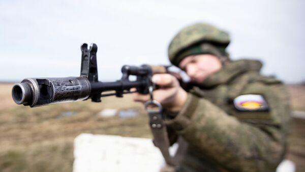 Một quân nhân của các lực lượng ven biển của Hạm đội Baltic trong các cuộc tập trận chiến thuật ở vùng Kaliningrad - Sputnik Việt Nam