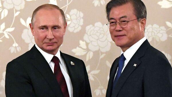 Tổng thống Nga Vladimir Putin và Tổng thống Hàn Quốc Moon Jae-Ying trong cuộc họp bên lề Hội nghị thượng đỉnh G20 tại Osaka, Nhật Bản - Sputnik Việt Nam