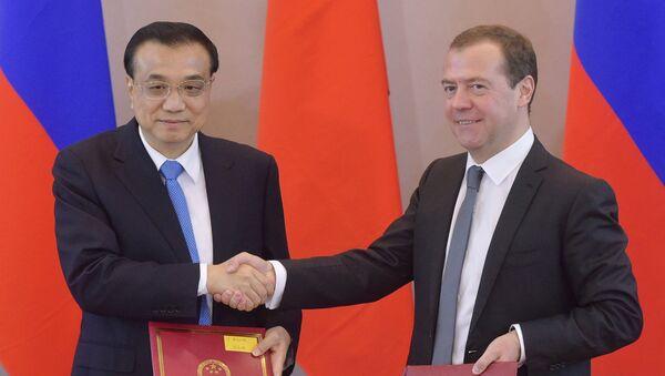 Thủ tướng Trung Quốc Li Keqiang và Thủ tướng Dmitry Medvedev tại lễ ký kết cuộc họp thường kỳ lần thứ 21 của người đứng đầu chính phủ Nga và Trung Quốc tại St. - Sputnik Việt Nam