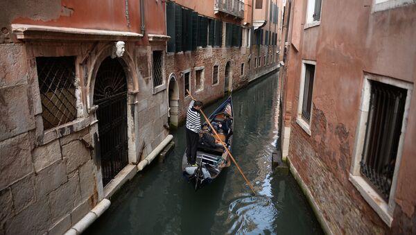 Гондольер на одном из каналов Венеции - Sputnik Việt Nam