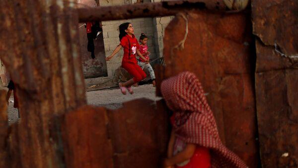 Палестинская девочка прыгает со скакалкой возле своего дома в лагере беженцев Аш-Шати в городе Газа - Sputnik Việt Nam