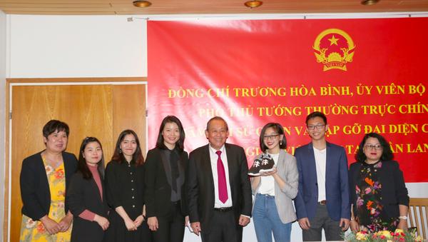 Phó Thủ tướng Thường trực Trương Hòa Bình và nhóm các bạn trẻ khởi nghiệp tại Phần Lan. - Sputnik Việt Nam