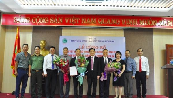 Lãnh đạo Bộ Y tế trao quyết định và chúc mừng các cán bộ được bổ nhiệm. - Sputnik Việt Nam
