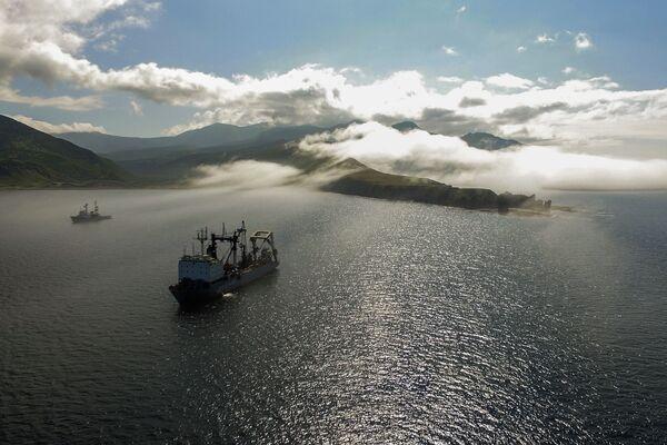 Tàu hậu cần thuộc hạm đội Thái Bình Dương trên vịnh Novokuril của đảo Urup - hòn đảo thuộc nhóm đảo phía nam quần đảo Kuril - Sputnik Việt Nam