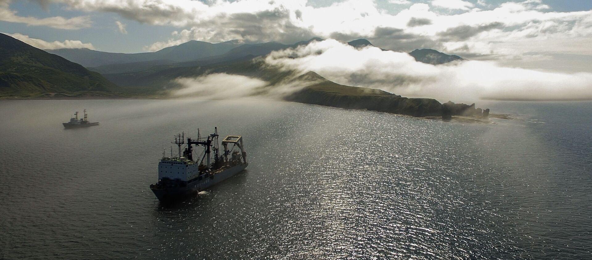 Tàu hậu cần thuộc hạm đội Thái Bình Dương trên vịnh Novokuril của đảo Urup - hòn đảo thuộc nhóm đảo phía nam quần đảo Kuril - Sputnik Việt Nam, 1920, 11.03.2021