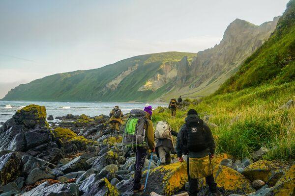 Các thành viên của đoàn thám hiểm đi bộ dọc theo bờ vịnh Tetyaev của đảo Urup - hòn đảo thuộc nhóm đảo phía nam quần đảo Kuril - Sputnik Việt Nam