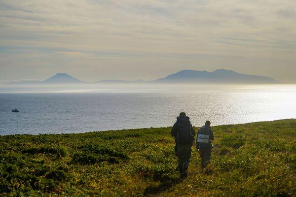 Các thành viên đoàn thám hiểm quan sát eo biển Frieza và đảo Iturup (ở phía xa) từ bờ đảo Urup - hòn đảo thuộc nhóm đảo phía nam quần đảo Kuril - Sputnik Việt Nam