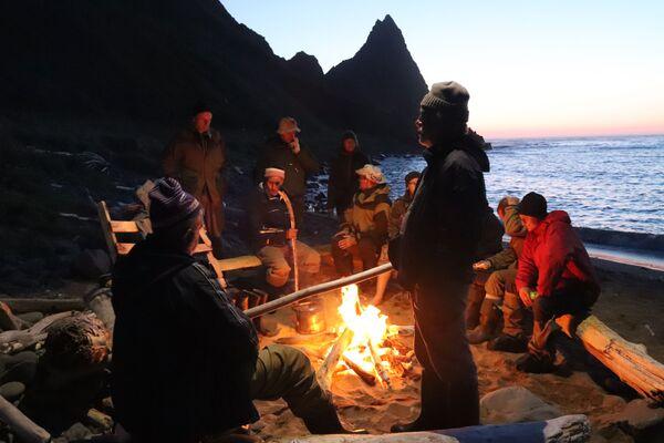 Các thành viên thám hiểm gần một đống lửa trên bờ vịnh Schukin, đảo Urup - hòn đảo thuộc nhóm đảo phía nam quần đảo Kuril - Sputnik Việt Nam