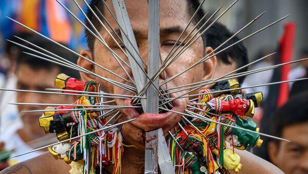 Đám rước của những người tham gia Lễ hội ăn chay với những vật nhọn đâm vào má ở Thái Lan - Sputnik Việt Nam