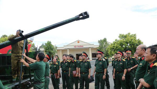 Đoàn cán bộ QK 7 tham quan tổ hợp pháo tự hành M548 lắp pháo 85mm tại Kho 303 Cục Kỹ thuật QK 9.  - Sputnik Việt Nam