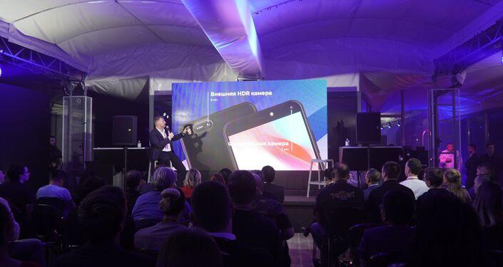 Lễ giới thiệu điện thoại Vsmart của Việt Nam tại Matxcơva